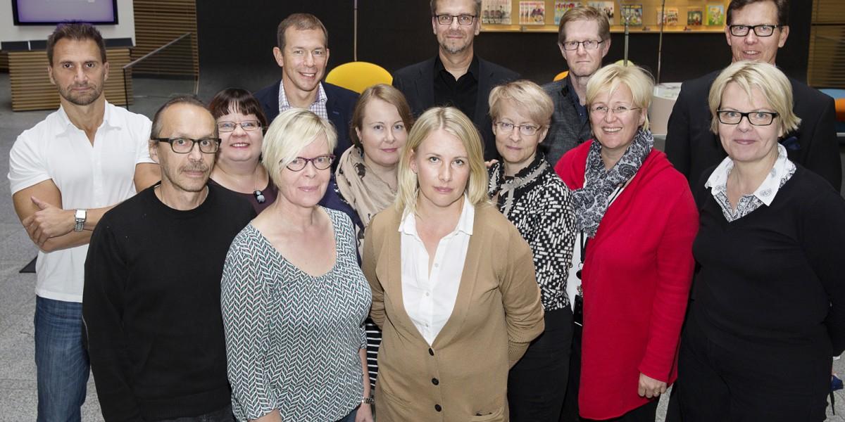 Paikalla Rakennuslehdestä ovat toimittajat (vasemmalta) Hannu Lättilä, Mikko Kortelainen, Merja Mannila, Auri Häkkinen, myyntiryhmän päällikkö Jyrki Palmu, aibneisto- ja taittosihteeri Tytti Lötjönen, toimittaja Anne Korhonen, myyntipäälliköt Jari Inkinen ja Elina Rökman, toimituspäällikkö Seppo Mölsä, toimittaja Johanna Aatsalo, toimittaja Jaana Ahti-Virtanen ja päätoimittaja Veijo Käyhty.