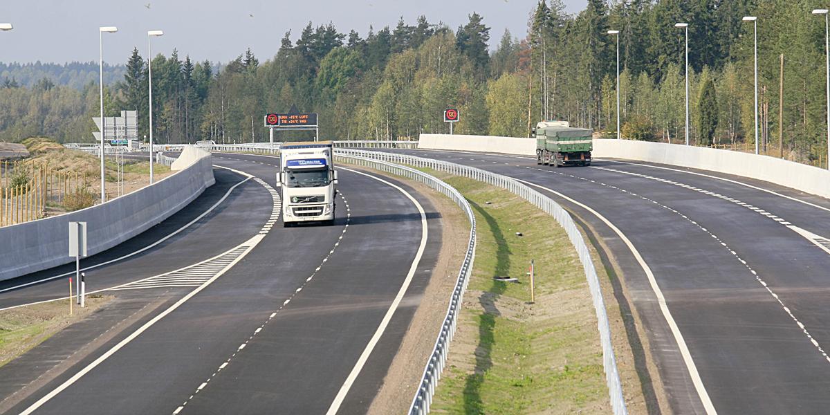 Rekat ja liikennetelematiikka näkyvät uudella moottoritiellä.